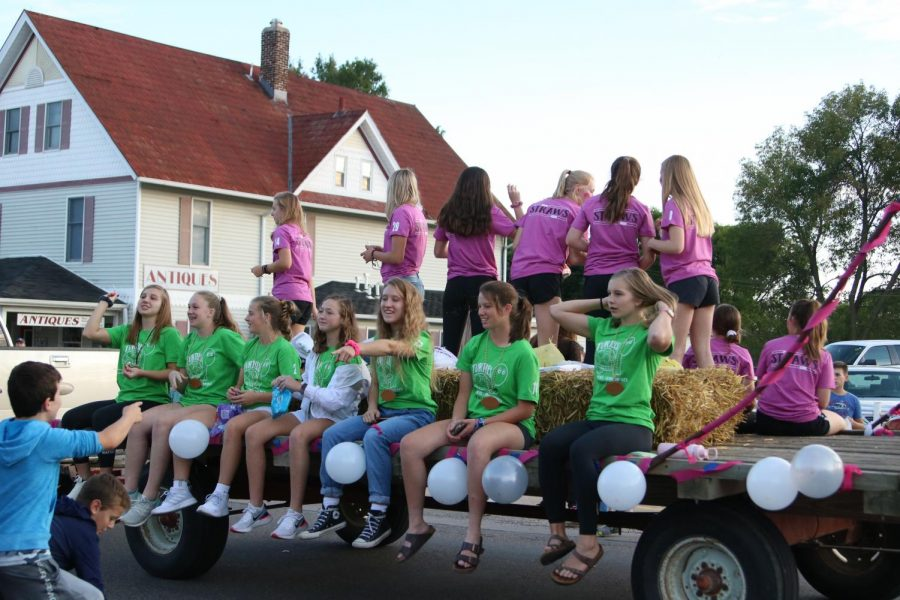 The+junior%2Fsenior+team%2C+the+Turtles%2C+pictured+at+the+Sept.+26+homecoming+parade.+Photo+by+Lauren+McCollum.