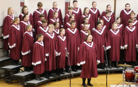 Junior Leah Kaminsky sings a solo at the choir concert Oct. 21 in the middle school gym.