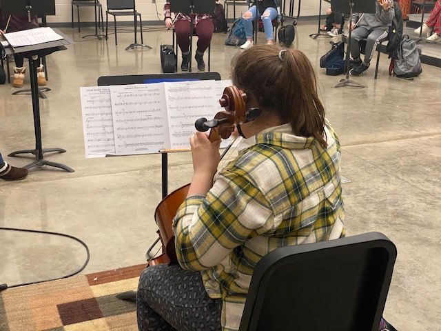 Junior Tessa Baty plays her cello in orchestra on Jan. 7.