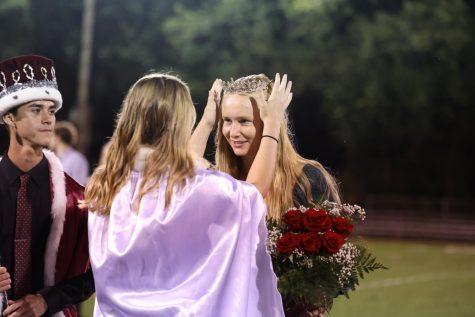 Lauren Ryan crowns Anna Hoffman as the 2021 homecoming queen.